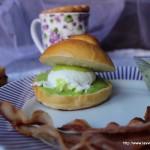 Eggs benedict su panino con tuppo e salsa ai piselli con American chocolate drink coperto da frolla