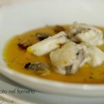 Rana pescatrice in crema di zucca con vongole patate affumicate e sale al limone