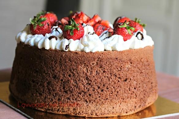 Chiffon Cake al cacao con panna e fragole