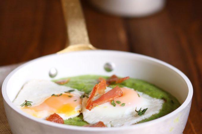 Uova di quaglia su crema di piselli