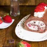 Rotolo al cioccolato con crema di ricotta e fragole