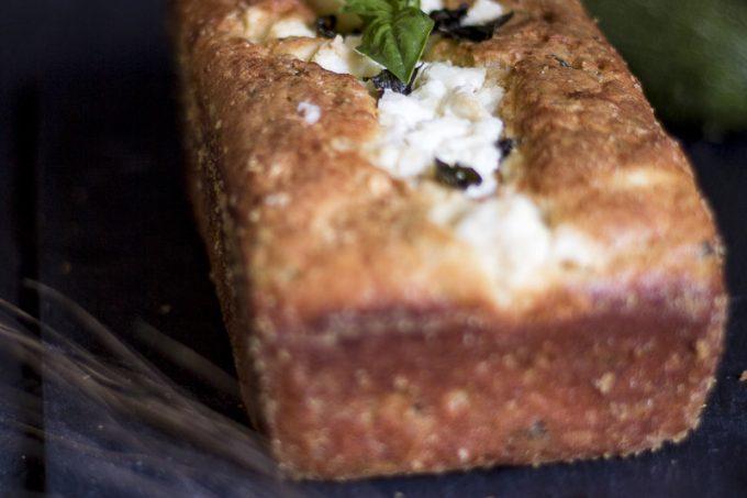 Cake salato con zucchine menta e feta