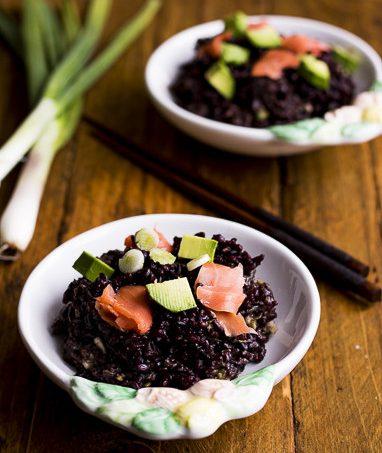 Riso nero con salmone e avocado