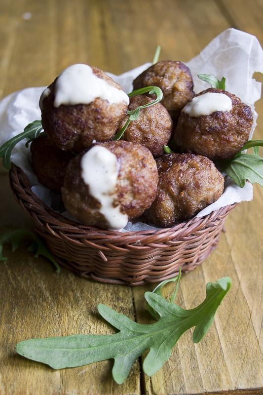 Polpettine speziate con harissa e salsa di yogurt