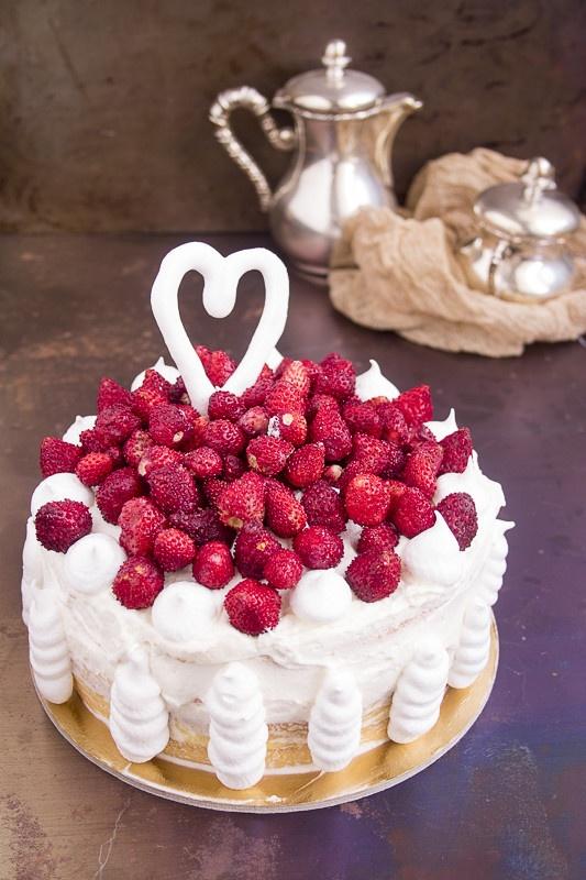 torta di compleanno con panna crema e fragoline