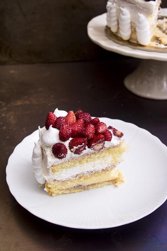 torta di compleanno con crema panna e fragoline